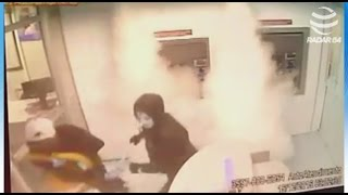 Dispositivo em caixa eletrônico solta fumaça e bandidos fogem