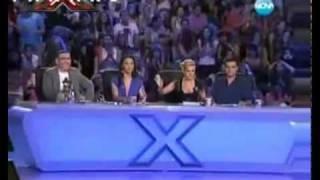Cantora LOIRA Cai Do Palco - Blond Singer Falls Off StageVideo