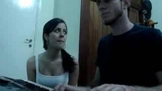 Mari e Daniel cantando Desde o primeiro momento