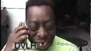 Homem falando no celular e rindo