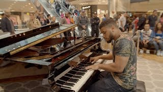 Amazing street pianist stuns passersby in shopping centre
