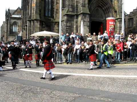 Edinburgh pipers welcome J2A pilgrims