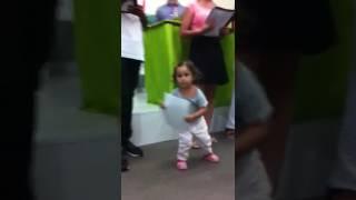 Criança cantando Adorarei Fabiana Anastácio.