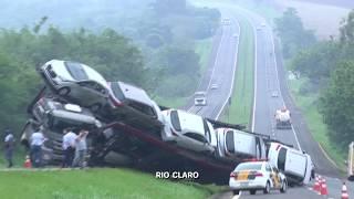 Motorista perde controle e tomba caminhão  cegonha