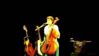 """Adriana Calcanhotto cantando """"Music"""" de Madonna."""