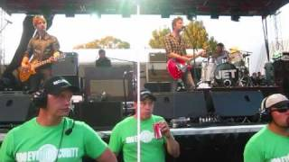 Jet - Hey Kid, HD [Live @ Perth BDO 2010] (kids on the roof)