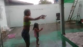 Tomo banho de chuva, lá  lá la la la...