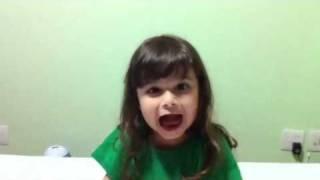Júlia cantando Mãezinha do Céu