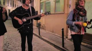 LAS ROSAS ~ Acoustic video in the streets of Paris (Mad Girls Sessions)