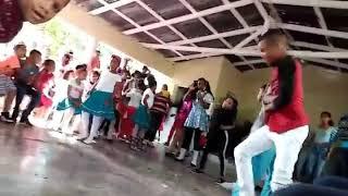 Niñas bailando regueton