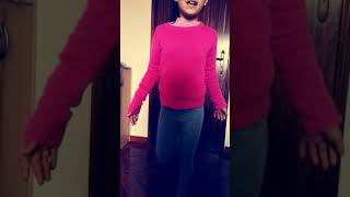 Menina de 9 anos dançando dami tu cosita