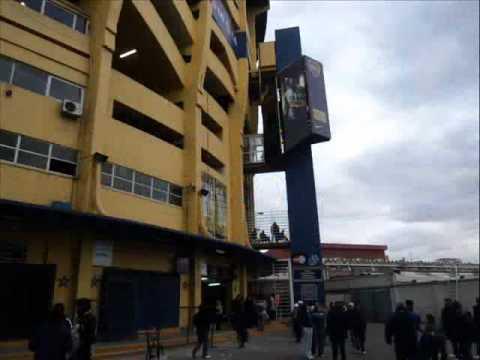 Douglas Reyes visita el Estadio de Boca de Argentina.