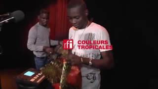 Sidiki Diabate chante ((Douaou Diabira)) dans couleur tropicale sur ((RFI))