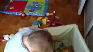 Luca, jugando con sus chiches
