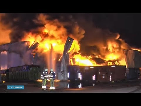 Metershoge vlammen bij uitslaande brand papierfabriek Staphorst - RTL NIEUWS