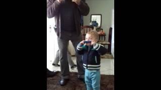 Ensaiando tocar a gaitinha como o vovô