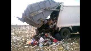 Camión de basura descargando