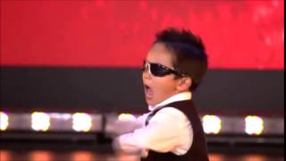 Menino de 4 anos dançando gangnam style em show De Talentos.