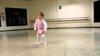 Crinça de 2 anos dançando ballet perfeito!