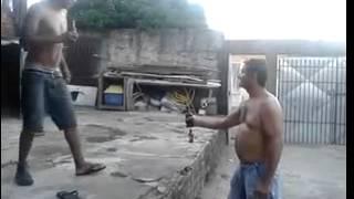 Abrindo uma garrafa de cerveja com o pé