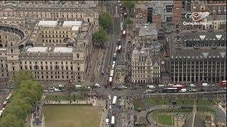 Milhares de pessoas fazem vigília nas ruas de Manchester para homenagear as vítimas