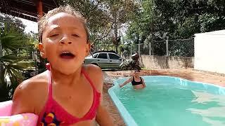 Alexia no piscina 1