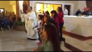 """Sacerdote canta """"Despacio"""" en Iglesia argentina"""