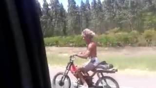 Un loco cantando en moto gg