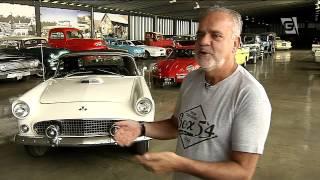 Garagem com carros antigos atrai curiosos
