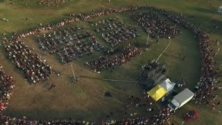 1,000 Rockers Perform 'Learn To Fly' In Plea For Foo Fighters Concert