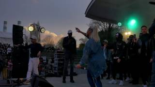 Raam chante Girls love R au concert de Ouf à Nanterre