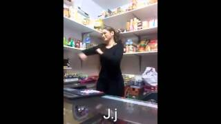 Gitana guapa por rumbas en una tienda