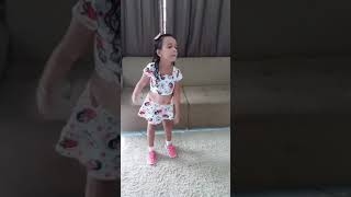 Isabelly Catharine dançando tic tac