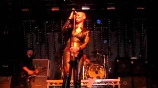 Skunk Anansie - Skin says hello to the crowd (Live @ La Riviera, Madrid, 9/2/2011)
