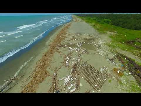 鹿耳門溪出海口北邊沙灘上的保麗龍及廢棄蚵棚垃圾 20180902