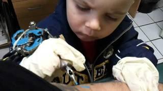 Můj syn v akci v mém TATTOO studiu www.tattoo-read.cz