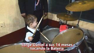 JORGE DANIEL A SUS 14 MESES TOCANDO LA BATERIA