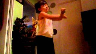 Niña chiquita bailando Mr. Saxobeat