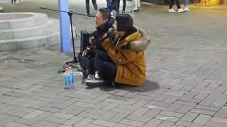 홍진영 ☆사랑의 배터리☆ 커버 (딸기주스가 너무 달아) 홍대버스킹 20170221화 [Korean Hongdae Kpop Street Busking]