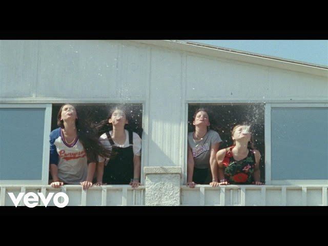 """Videoclip oficial de la canción """"Davey Crockett"""" de Hinds."""