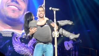Romeo Santos kissing a skinny fan / Solo por un beso .Chicago, IL, Allstate Arena