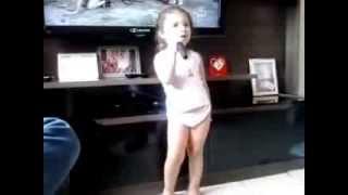 Sarah cantando Fernandinho
