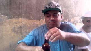 Abrindo garrafa de cerveja com os olhos