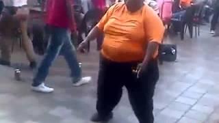 """Homem engraçado Dançando """"SOU UM GORDINHO GOSTOSO"""