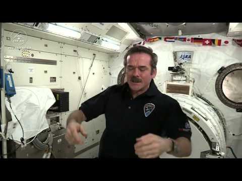 克里斯大叔示範太空中如何睡覺?