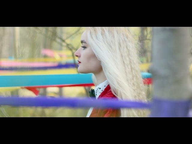 Videoclip ''Red Velvet'', de Cintia Lund.