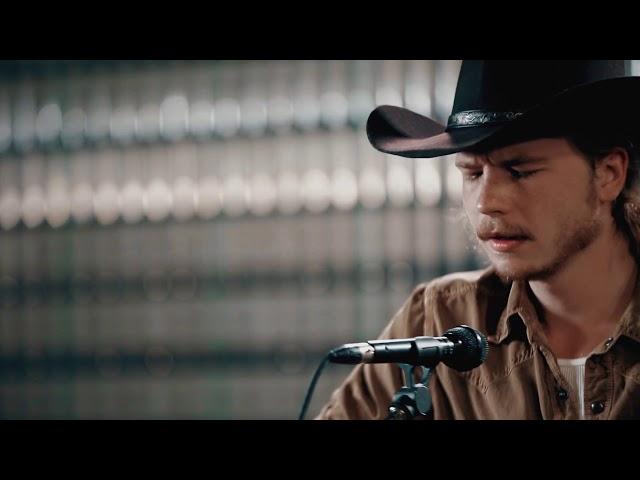 Video oficial de Colter WAll The Devil Wears a Suit and Tie
