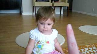 Gabi counting to 5 in Portuguese and English