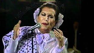 LOLA BELTRAN HACE DE LAS SUYAS ANTES DE CANTAR.