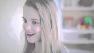 Um tchau e um olhar   (Giovanna Chaves ) CLIP OFICIAL .